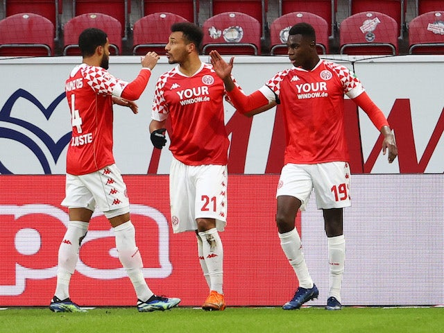 Mainz 05's Moussa Niakhate celebrates his first goal with teammates on January 23, 2021