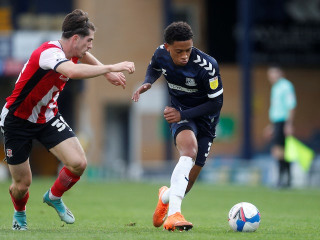 Nathan Ralph do Southend United em ação com Josh Key do Exeter City na League Two em 10 de outubro de 2020