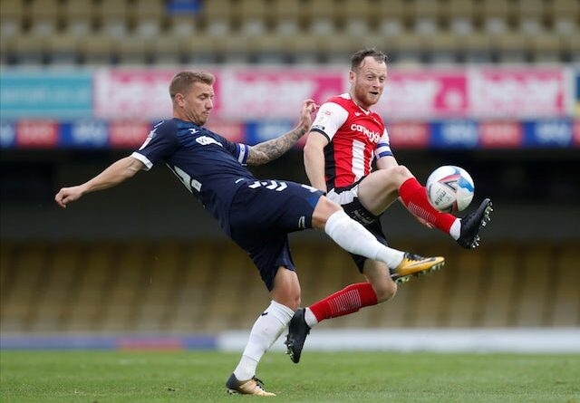 Jason Demetriou do Southend United em ação com Jake Taylor do Exeter City na League Two em 10 de outubro de 2020